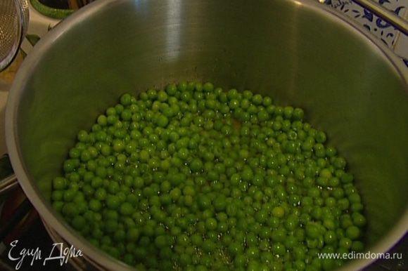 Зеленый горошек разморозить. Влить в кастрюлю немного воды и 1 ст. ложку оливкового масла, добавить горошек и отваривать его в течение 3 минут, затем воду слить.