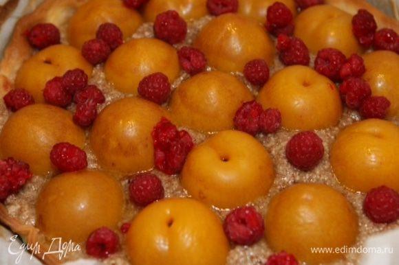 На готовый пирог выложить сверху малину.