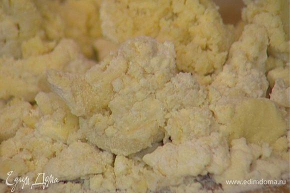 Сделать из муки холмик, влить полстакана ледяной воды, добавить 1 яйцо, щепотку соли и замесить тесто.