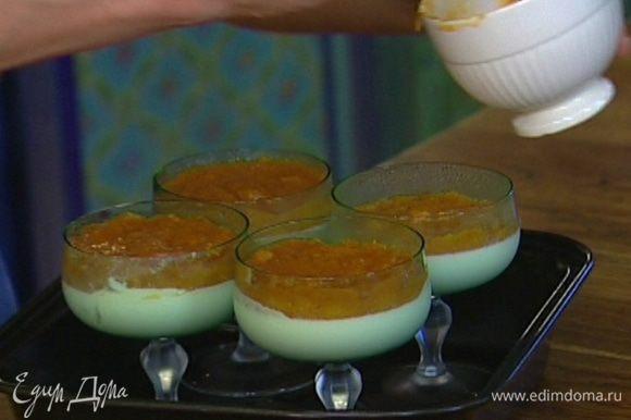 Остывший абрикосовый мусс выложить на застывшее сливочное желе и отправить еще на несколько часов в холодильник.
