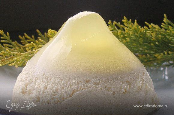 Десерт можно есть из креманок, а можно приготовить его в обычных мисочках, а потом просто перевернуть на тарелку. В перевернутом десерте лучше видны все три слоя.