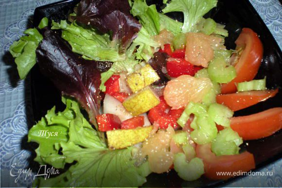 Эксперементируем дальше...Листья салата,груша,грейпфрут,помидор, болгарский перчик,стебли сельдерея.Заправка может быть любая на ваш вкус.