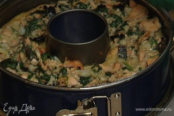 Смазать разъемную форму сливочным маслом, распределить в ней рыбную массу и выпекать пирог 40 минут в разогретой духовке.