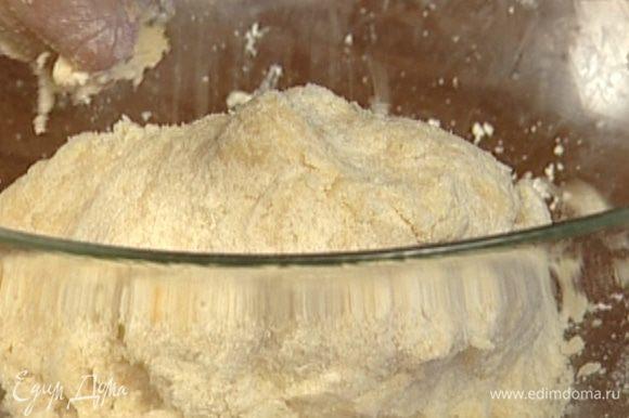 Сделать в муке углубление, добавить яйцо, сметану и замесить тесто.
