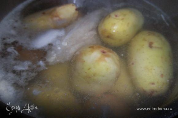 Варим картофель,яйца,куринное филе