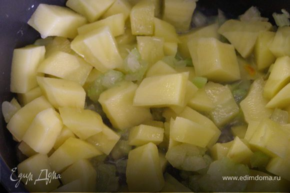 Картофель очистить, порезать. Сельдерей мелко нашинковать. Положить овощи в кастрюлю и обжарить на сильном огне с оливковым маслом.