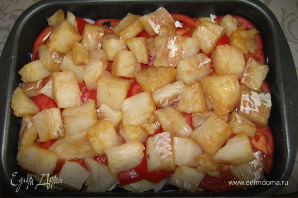 Укладываем все слоями в форму для запекания (немного смазать оливковым маслом).Сначало выкладываем картофель , посолить и поперчить смазать сметаной .Затем выкладываем лук , помидоры не много посолить. Потом положить рыбу . Сверху смазать опять сметаной и посыпать сыром