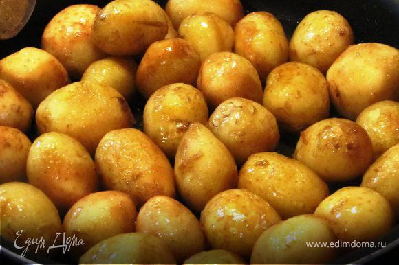 Картофель тщательно вымыть, выложить на разогретую сковороду, чуть обсушить, добавить масло.