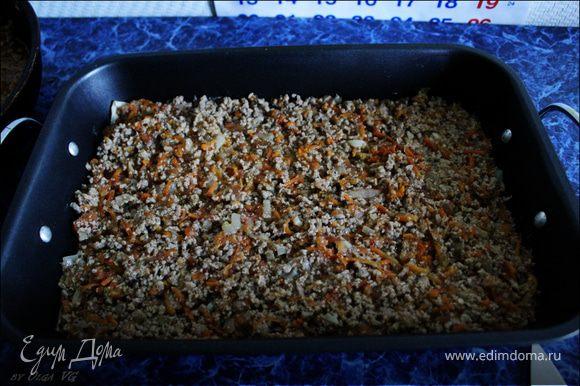 На листы лазаньи выложить половину мясного соуса.