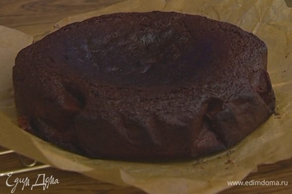 Выложить в форму тесто и выпекать не меньше часа в разогретой духовке.