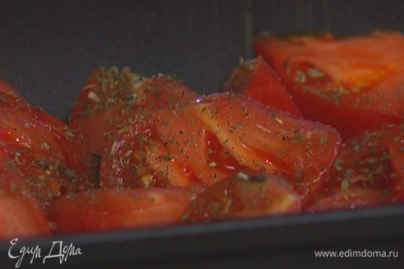Помидоры порезать, уложить в глубокий противень, полить 4–5 ложками оливкового масла, посыпать прованскими травами и майораном.