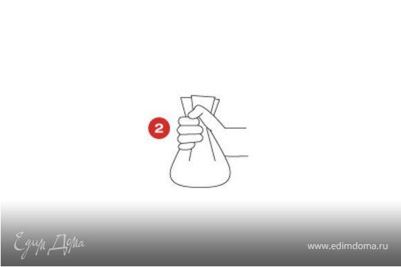 Налейте немного воды в большую кастрюлю (так, чтобы кульки SAGA при размещении на дне кастрюли не были полностью покрыты водой). Осторожно поместите кульки в кипящую воду и готовьте 8 минут. Перед тем как выкладывать кульки на тарелки поместите их на лист кухонной бумаги примерно на минуту, чтобы впиталась лишняя вода. Дайте каждому из гостей самому открыть свой кулек, чтобы полнее насладиться ароматом при его развертывании.