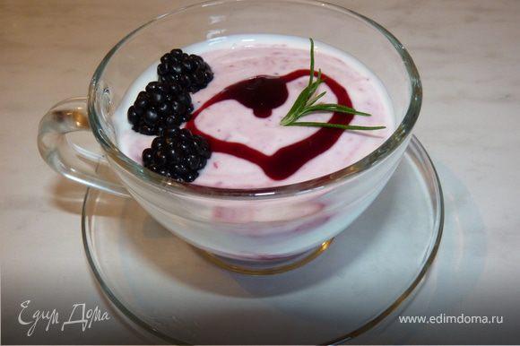 Особенно вкусно с натуральным йогуртом. В чашечку положить 1ст.ложку джема, затем йогурт, выложить свежие ягодки ежевики, украсить веточкой розмарина. Перед употреблением перемешать.