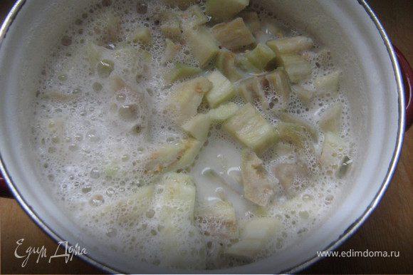 Баклажаны вымыть, очистить от кожуры, нарезать на дольки. Молоко, сахар и ванилин довести до кипения, положить баклажаны, варить минут 6-7. Баклажаны вынуть, охладить, очистить от семян. Измельчить блендером, добавить творожный сыр и ещё раз взбить.Поставить в холодильник.