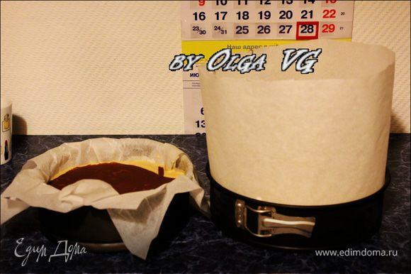 По прошествии указанного времени заканчиваем собирать наш чудо торт. Вынимаем из морозилки обе заготовки. Только вы не делайте такими высокими бортики у тортика из бумаги, как я))) я просто для перестраховки так сделала)))