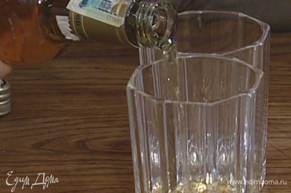 Налить в стаканы по 50 мл рома и 100 мл заваренного чая.