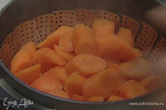 Морковь крупно нарезать и варить на пару 30 минут.