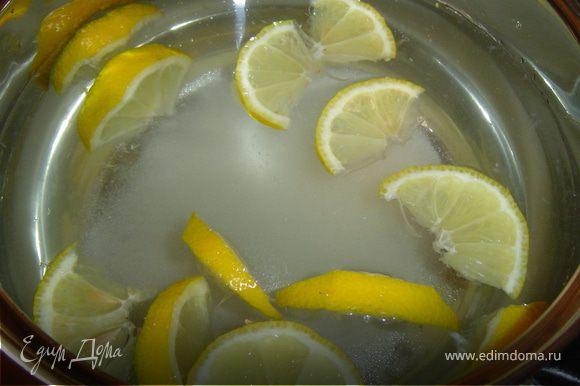 Лимон нарезаем произвольными кусочками, складываем в кастрюлю, добавляем сахар и воду, доводим до кипения и кладем в кастрюлю нарезанную мяту и снова доводим до кипения. После этого кастрюлю отставляем, даем 15 минут настояться и остыть. Теперь отцеживаем напиток в кувшин и отправляем в холодильник охлаждаться. Напиток готов! Можно пить с удовольствием!