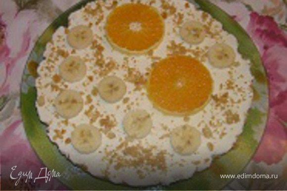 Форму снова поставить в холодильник до застывания. Примерно через 1-1,5 часа вынуть торт из формы, украсить фруктами и крошкой.