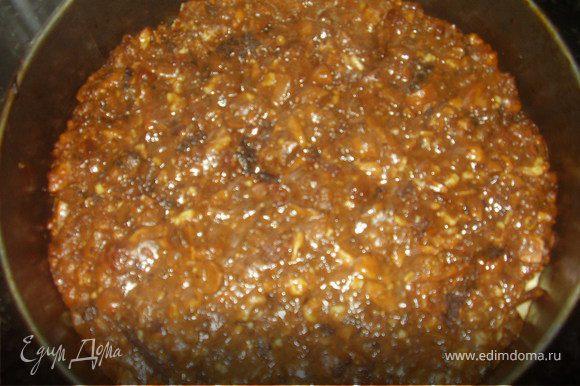 Затем выкладываем равномерно орехово-фруктовую смесь.Ставим в духовку, предварительно разогретую до 180 градусов,на самый нижний уровень на 45 минут.
