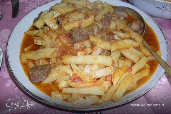 Аккуратно,не ломая чипсы,выложить сначала их,потом мясо и полить соусом.