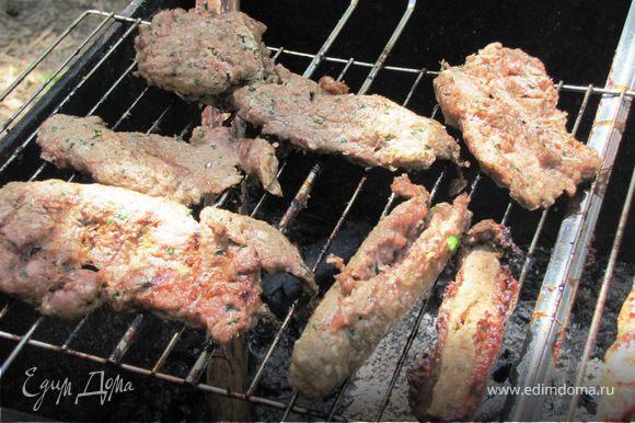"""Поскольку есть и будут вопросы по поводу """"удержания мяса на шампуре"""" - выкладываю спецрепортаж. Я назвала их """"дезертирами"""" - колбаски, которые отказались прилипнуть к шампуру и зажариться...Они прилипли к решетке и привратились в котлетки... Итог один - мы съели всех..."""