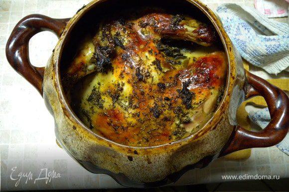 Я очень люблю запекать курицу в глиняном горшке (залить полностью тем же маринадом и накрыть на некоторое время крышкой, потом крышку снять и запекать дальше). Она там сочнее и вкуснее чем просто на противне.