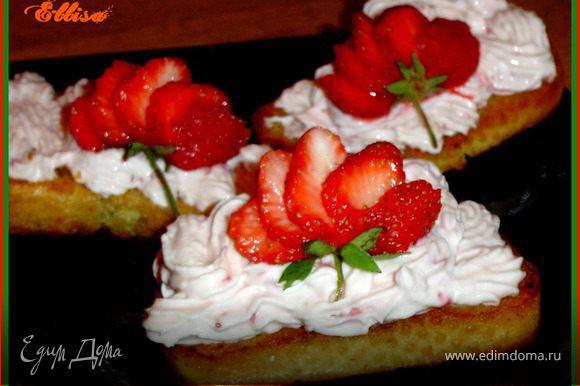 Нарезаем батон на ломтики и обжариваем их на сливочном масле так, чтобы внутри гренки оставались мягкими. Клубнику моем, режем.И растираем с сахаром. Для приготовления творожной массы клубничное пюре смешиваем с мягким творогом и взбиваем. Выкладываем творожную массу с помощью кондитерского мешка или ложкой на гренки. Оформляем ягодами клубники. Приятного аппетита!