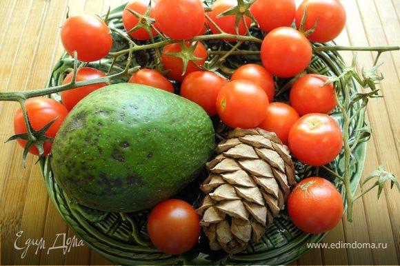 Шиитаке нарезать пластинками, посолить, слегка обжарить на оливковом масле. Уложить на авокадо с помидором. Сбрызнуть соком лайма. Посыпать орешками. Украсить базиликом. Очень вкусно!