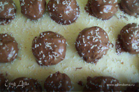 Натрите на мелкой терке несколько орешков и посыпьте конфеты.
