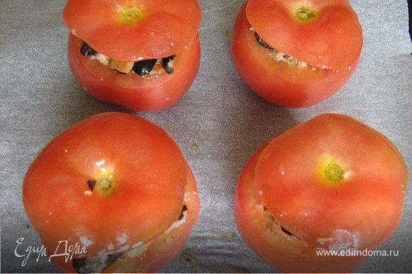 """Наполнить смесью помидоры, накрыть срезанной """"крышкой"""", сбрызнуть маслом и запекать 30 мин."""