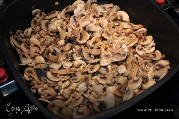 Растопить сливочное или разогреть растительное масло на сковороде и потушить лук с чесноком до прозрачности. Добавить к ним порезанные шампиньоны и держать до готовности минут 15-20, периодически помешивая...