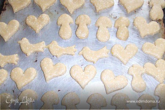Печенки сформируйте при помощи формочек или просто скатайте кружочки руками и выкладывайте их на противень, смазанный маслом, или выстеленный пекарской бумагой. Слегка прижмите каждый шарик. Выпекайте при 200 градусах 10 минут.