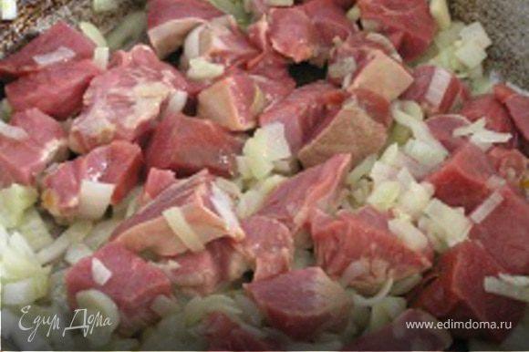 Добавить нарезанную кусочками говядину, обжарить 5-7 минут, посолить, поперчить и тушить под крышкой еще 30 минут.