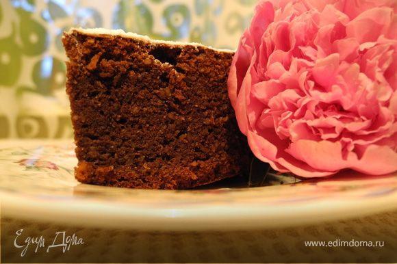 Когда остынет - вынуть из формы, посыпать сахарной пудрой. Получается очень вкусное мягкое тесто с твердой корочкой.