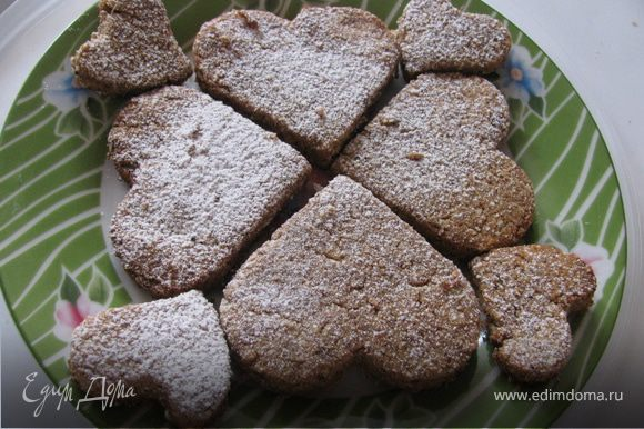 Когда готовое печенье немного остынет, посыпаем его сахарной пудрой. Оно получается достаточно мягким.