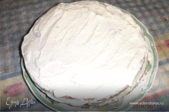 Торт сверху и по бокам смазать остав.взбитыми сливками.Торт для украшения можно посыпать молотыми орешками,или сделать различные узоры с помощью взбитых сливок.