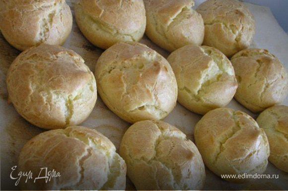 Приготовить шарики из заварного теста. Мой рецепт с пошаговыми фото смотрите здесь http://www.edimdoma.ru/recipes/23831. У Вас должно получиться 12-14 шариков одинакового размера.