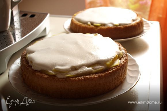 Полученным кремом смазать оба коржа и проложить ломтиками манго. Поставить в холодильник на 2-3 часа.