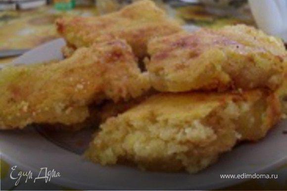 Достать пирог из духовки и оставить остывать около 15 минут, потом посыпать сахарной пудрой и разрезать на квадратики.
