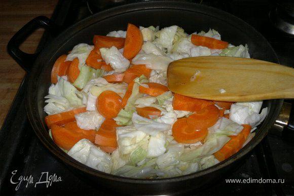 режем морковь круглешками или полукольцами и отправляем к капусте