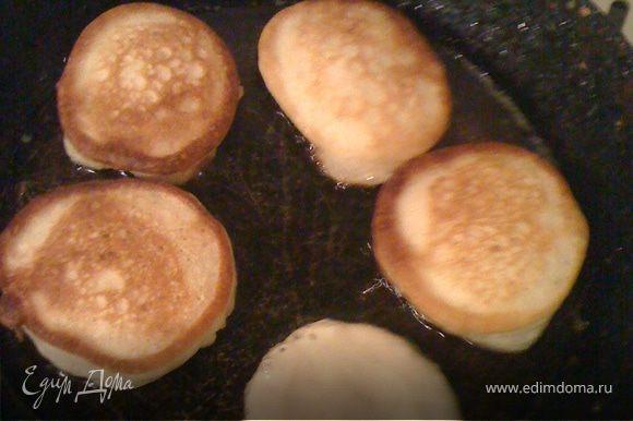 Хорошо раскалить масло. Затем огонь на плите убавить, чтобы не подгорали. Выкладываем небольшими порциями, не сильно толстым слоем, а то тесто внутри не пропечется.