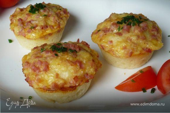 Подавать маффины теплыми или холодными, с дольками помидора, посыпав шнитт-луком. Приятного аппетита!