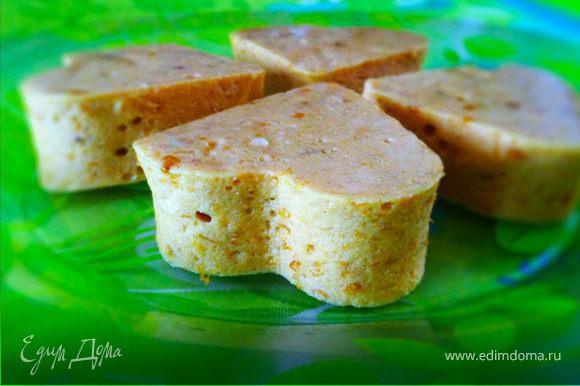 Разрезать по желанию: либо фигурные формой для печенья, либо ножом на квадраты.Перед каждым разрезом нож/форму промыть водой,высушить и смазать маслом