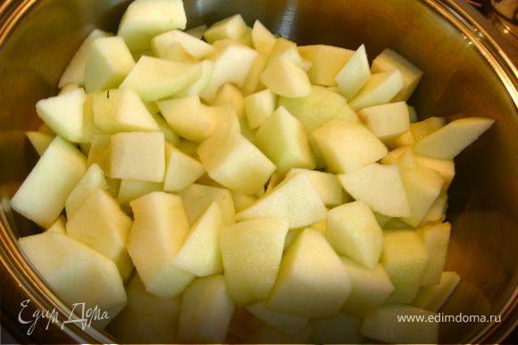 Духовку нагреть до 180С. Для начала займемся приготовлением яблочного пюре. Для этого очистим яблоки от кожуры и семян, нарежем на небольшие кубики и сбрызнем соком лимона. Затем выкладываем яблоки в кастрюлю с толстым дном, пересыпаем сахаром, используем половину стакана и отправляем на плиту томиться под крышкой на слабом огне до полного размягчения яблок. Пробиваем в миксере. Добавляем корицу и ваниль. Остужаем полученное пюре.