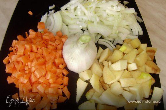 Лук нарезать полукольцами, айву дольками, морковку кубиками, с чеснока снять верхний слой шелухи..