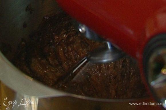 Не прекращая взбивать, добавить растопленный шоколад и взбивать еще пару минут.