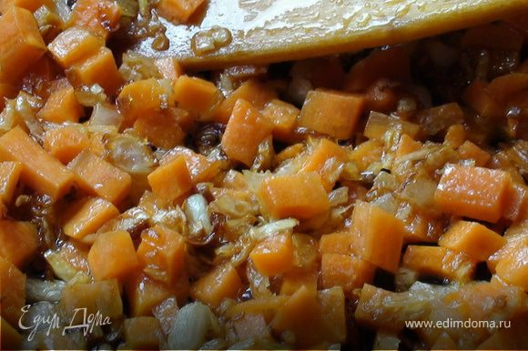 К луку добавить морковь и обжаривать минуту-две.