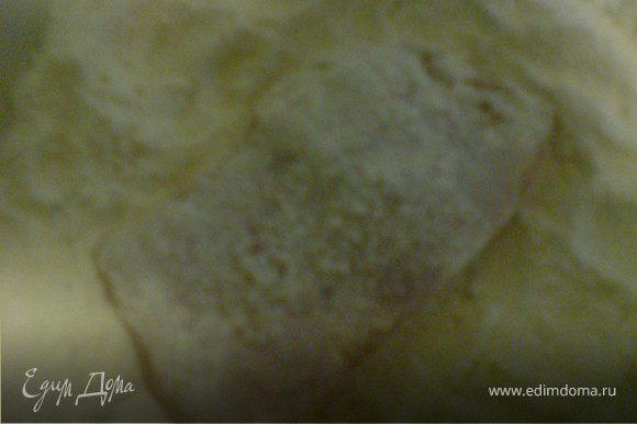 кусочки обвалять в муке и жарить на хорошо разогретом масле до корочки