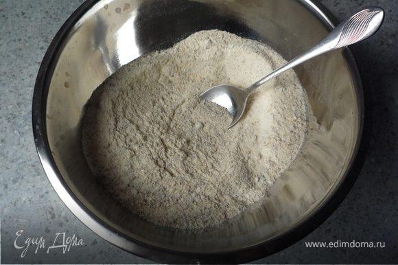 В отдельную емкость просеять муку, добавить крахмал, орехи и разрыхлитель. Перемешать. Добавить мучную смесь к шоколадной массе.